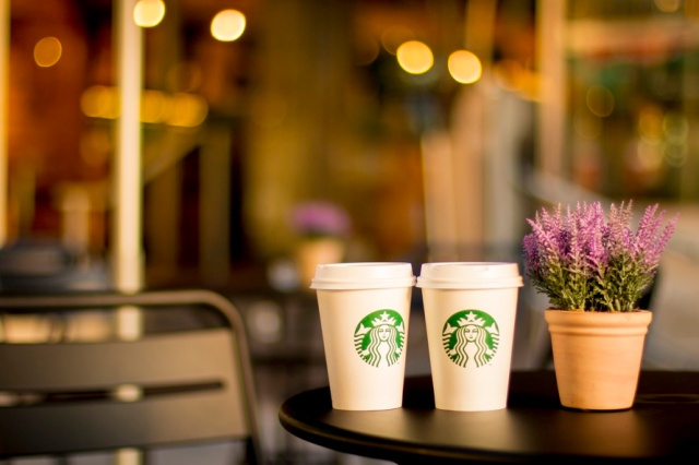 starbucks-coffee-cups-table